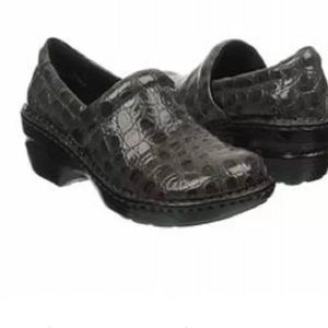 B.O.C by Born Peggy Clogs grey croco patent 7.5